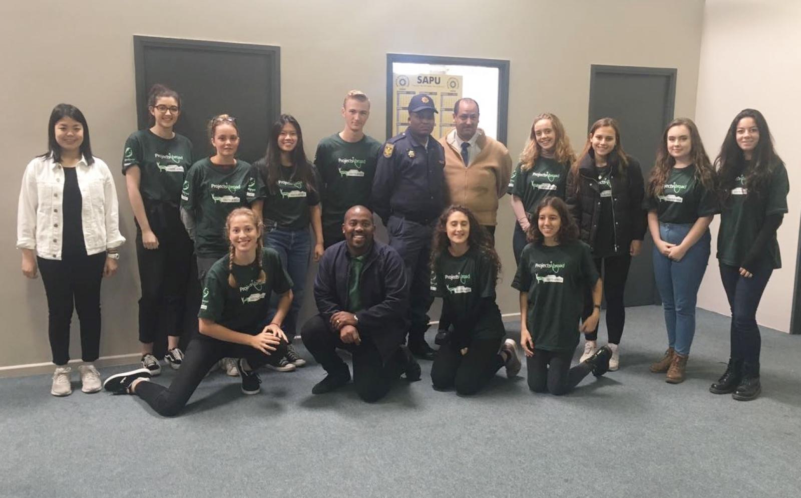 人権プログラムに参加中の高校生ボランティアが南アフリカ共和国のケープタウンにある警察署を訪問